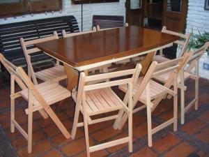 sillas plegables y mesa de madera