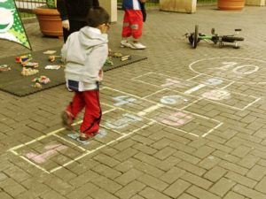 niño-jugando-rayuel