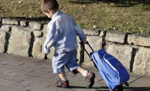 niño-mochila-ruedas