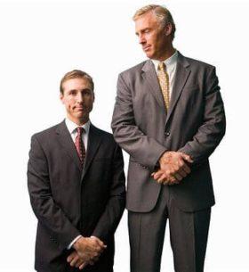 Fotografía de un hombre muy alto y otro muy bajo que ejemplifica las diferencias antropométricas entre las personas